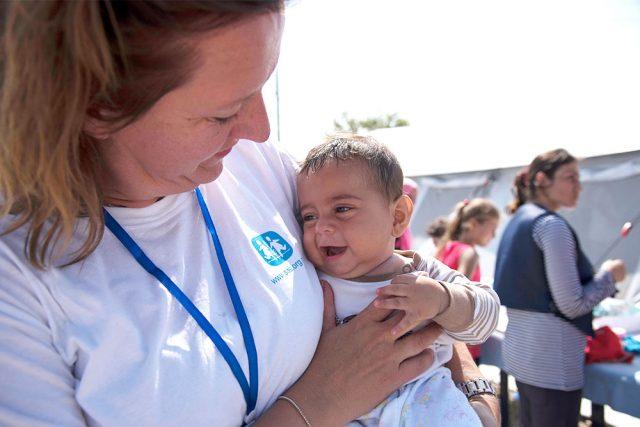 Voluntaria con bebé