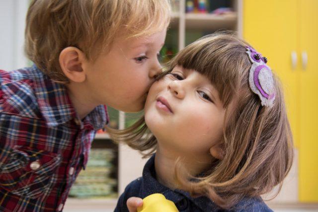 niño besando a niña