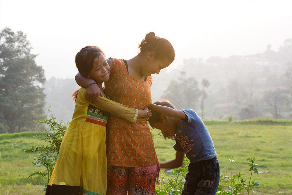 Niños jugando con una madre SOS