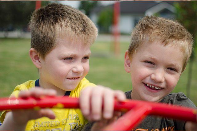 Dos niños riendo jugando