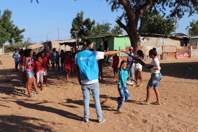 Niños migrantes venezolas en el Espacio Amigo de los Niños de Aldeas Infantiles SOS