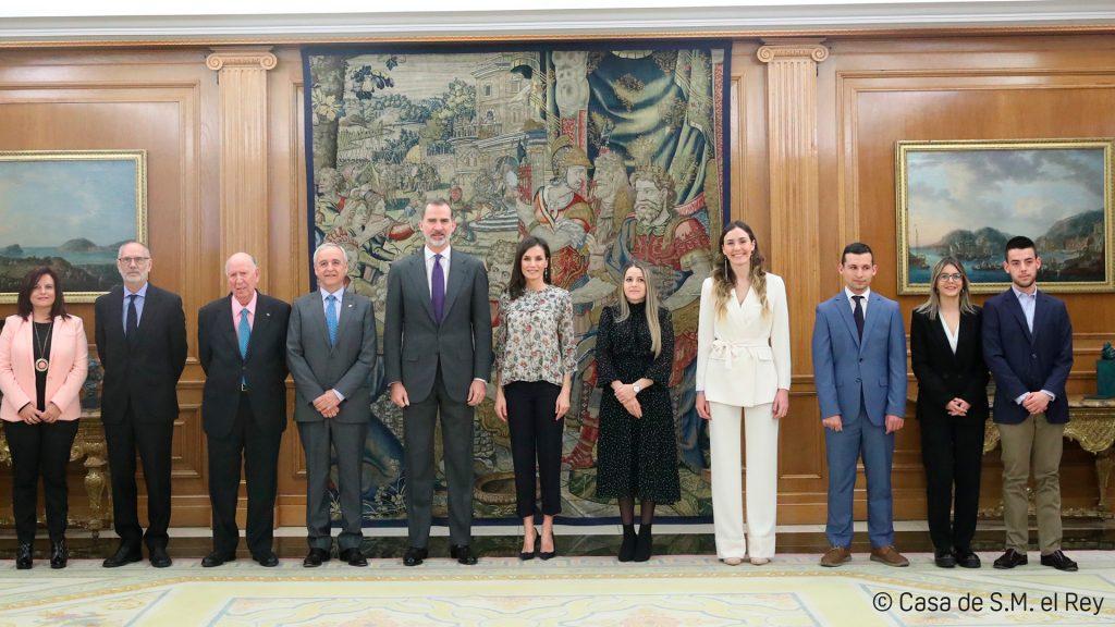 Los cinco jóvenes de Aldeas posan junto a los Reyes de España