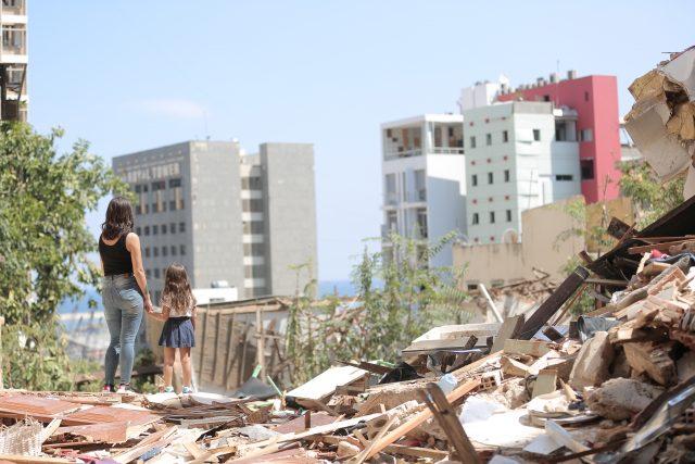 Madre e hija tras la explosión de Líbano.