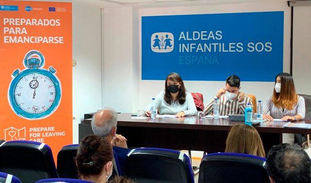 Jóvenes de Aldeas Infantiles SOS comparten sus propuestas con varios representantes políticos para mejorar la salida del sistema de protección